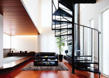 狭小地住宅の螺旋階段リビング.png